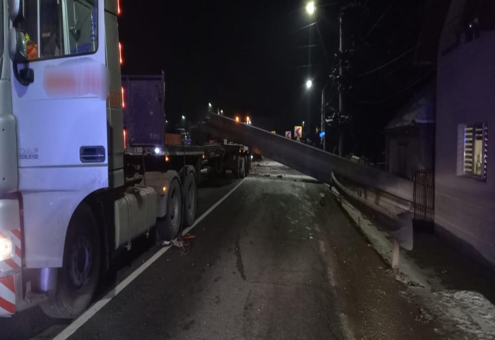 FOTO/VIDEO: DN 17, blocat în totalitate, în Reteag! Grinzi de beton au căzut de pe un trailer