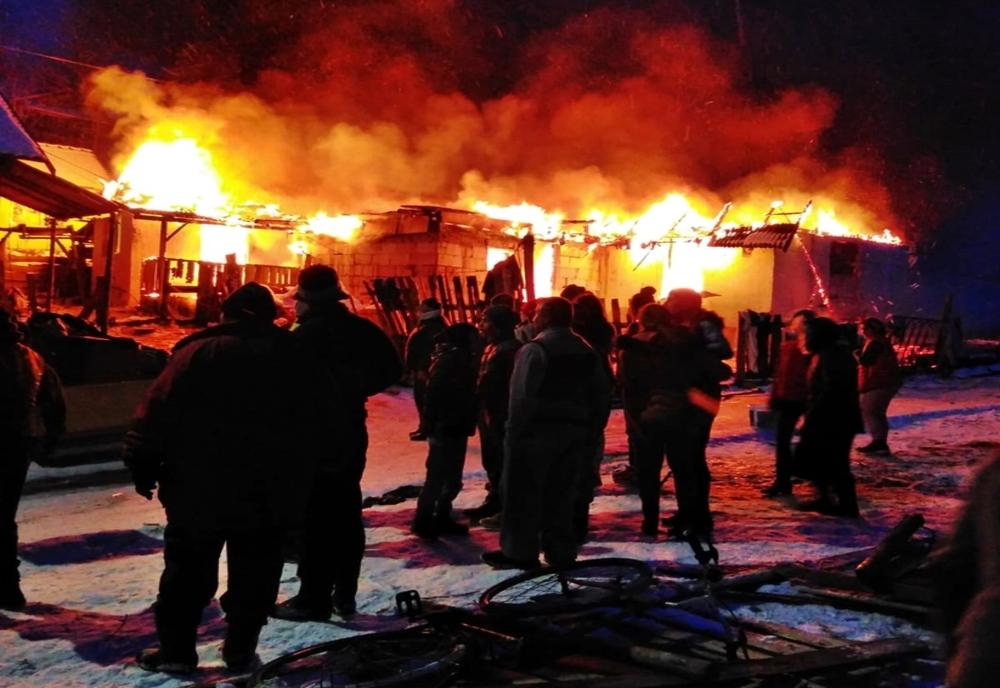 Două case din localitatea bistrițeană Viile Tecii, afectate de un incendiu! Acoperișurile au fost mistuite în totalitate