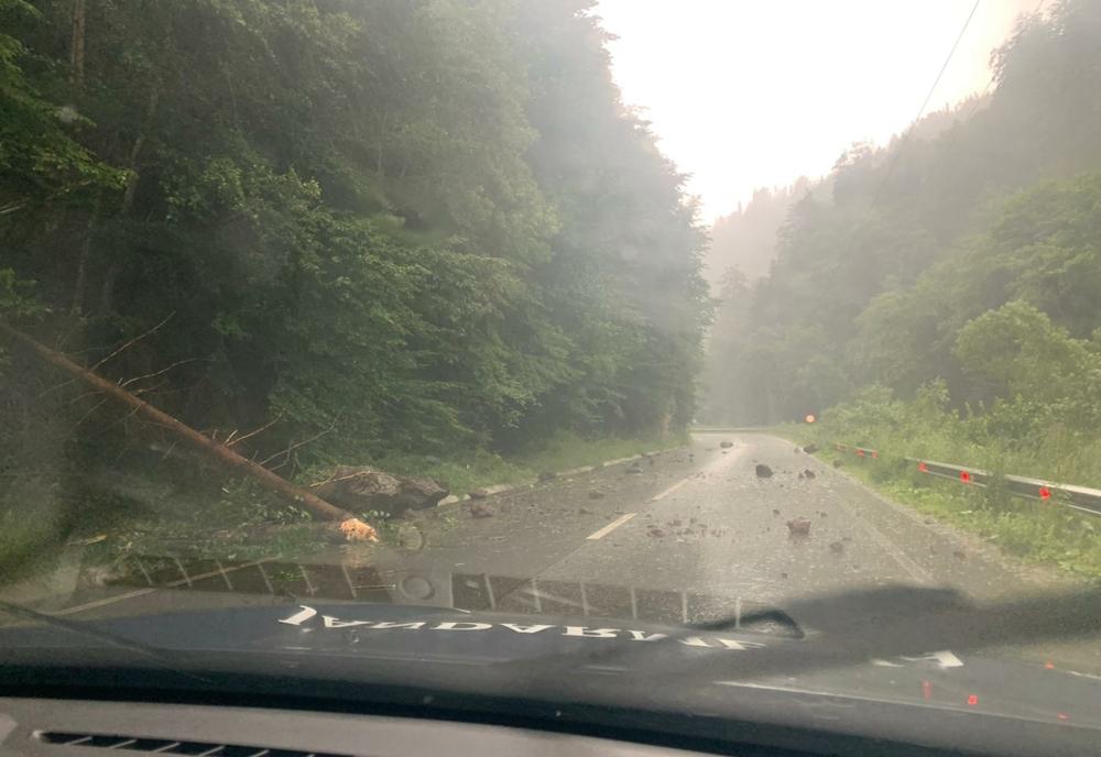FOTO: Din cauza ploilor torențiale, bucăți de stâncă au ajuns pe carosabil, între Colibița și Bistrița Bârgăului! Jandarmii au intervenit pentru îndepărtarea lor